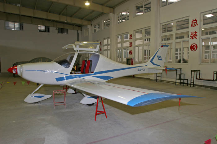 本群讯 今日,宁波东风飞机制造有限公司制造的DF-2运动型飞机功能性总装完成,正等待进入实质性试飞阶段。 据介绍,该型飞机总座位为2个,适用于飞行运动、飞行教练和海事巡逻、森林防火巡逻航空摄影等通用性用途。巡航时速为220公里,失速速度为63.5公里,最高飞行高度为4000米,空重318千克,起飞重量为600千克。该型飞机由该公司自主设计研发,采用美国轻型飞机LSA标准生产,产品主要销往美国市场,目前已经签订3年供货合同,计划3年内向客户提供350架。 该公司总经理严松山介绍说,该型飞机先进的复合材料使用